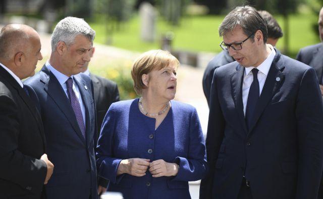 Nemška kanclerka Angela Merkel v družbi kosovskega predsednika Hashima Thacija in srbskega predsednika Aleksandra Vučića med lanskim vrhom EU-Zahodni Balkan. FOTO: Vassil Donev/Pool via Reuters