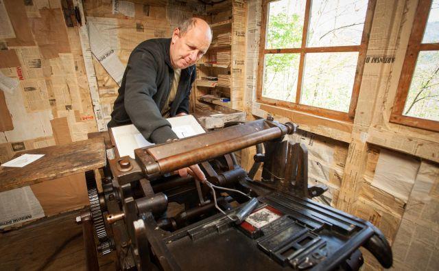 Če bi danes obiskali tiskarno, bi vam oskrbnik na originalnih strojih iz leta 1944 natisnil spominski letak. Fototeka Mestnega muzeja Idrija/Bojan Tavčar