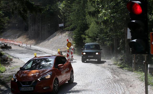 Cesta je zaradi lege v gorskem svetu med letom izpostavljena vrsti vremenskih vplivov, ogrožajo jo skalni podori, hudourniki, vetrolomi, usadi in plazovi. FOTO: Tomi Lombar/Delo