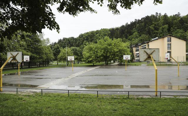 Nova telovadnica bo zgrajena na mestu današnjih zunanjih igrišč, s šolo pa bo povezana s podzemnim hodnikom. Foto Uroš Hočevar