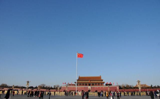 Razen Spomenika narodnim junakom, ki se dviga nad samim srcem trga, in Mavzoleja Mao Zedongu, v katerem leži njegovo balzamirano truplo, ni na trgu ničesar drugega. Na njegovem zahodnem robu se dviga Velika palača narodov, na vzhodnem pa Narodni muzej Kitajske. Velikanski prostor je v glavnem prazen... in skrbno varovan. FOTO: Reuters