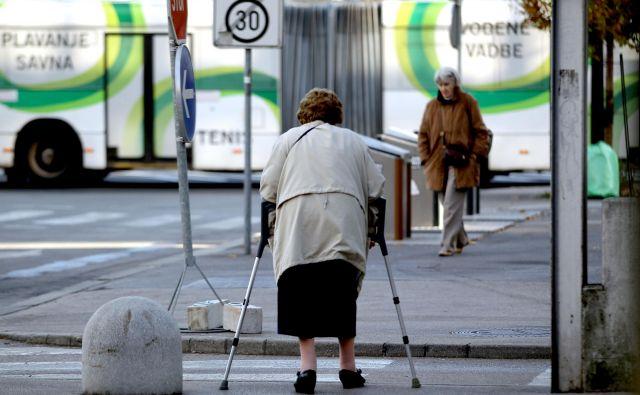 Nekatere zavarovalnice skrbijo tudi za starejše, v AS se zavedajo, da so padci in poškodbe najpogostejši ravno pri starejših. Foto Roman Š�ipić