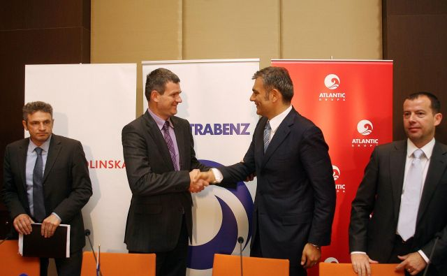 Tomaž Berločnik (pri rokovanju levo) in Emil Tedeschi sta si segla v roki že leta 2010 ob prodaji Droge Kolinske. FOTO: Ljubo Vukelič