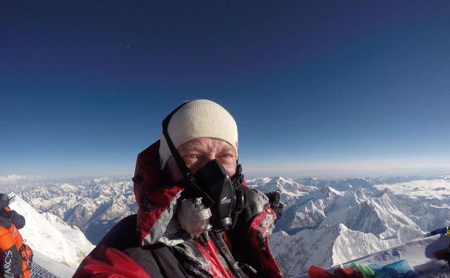 Tomaž Rotar na vrhu Kančendzenge, ki je z 8586 metri tretja najvišja gora na svetu. FOTO: Tomaž Rotar