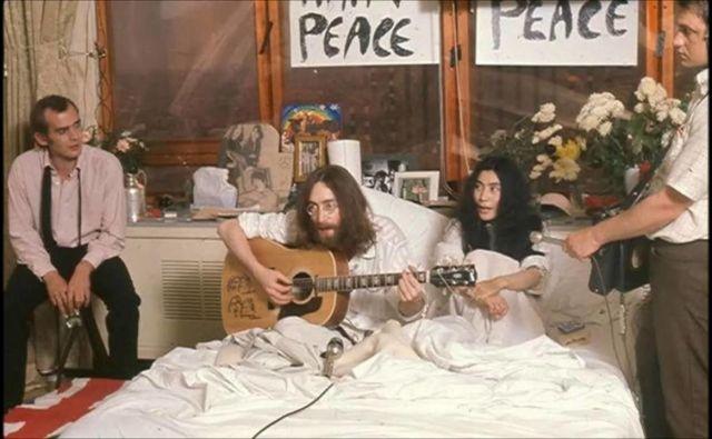 Številne fotografije in posnetki iz Amsterdama in Montreala so si sila podobni. Zakonca sedita oziroma ležita v postelji, včasih jima dela družbo kitara, drugič mikrofoni. Foto youtube