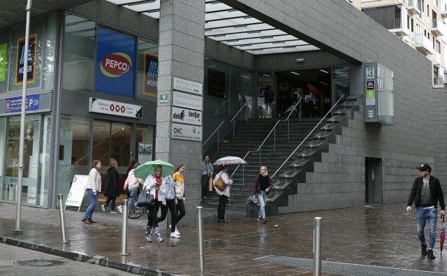 Približno mesec po odprtju trgovine Pepco na Poljanskem nasipu se je na dva kupca porušil del stropa. Foto Blaž Samec