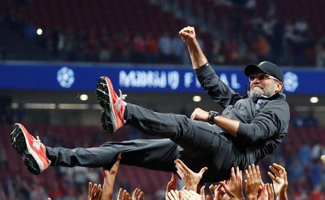 Jürgen Klopp je bil glavni junak Liverpoolovega slavja v Madridu. Objemali so ga igralci, njegovi pomočniki in vsi ljudje iz vodstva kluba, ki najbolje vedo, kako je Kloppu odleglo po vseh finalnih porazih. FOTO: Reuters