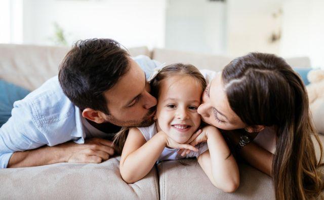 Medtem ko je povsem normalno, da se starši v celoti posvečajo otroku v prvem letu življenja in precej še do njegovega tretjega ali četrtega leta, pa nekateri pari enako počnejo tudi pozneje. FOTO: Thinkstock
