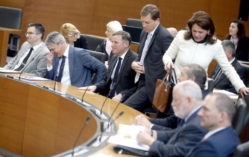 FOTO:Enak delež zadovoljnih in nezadovoljnih z delom vlade