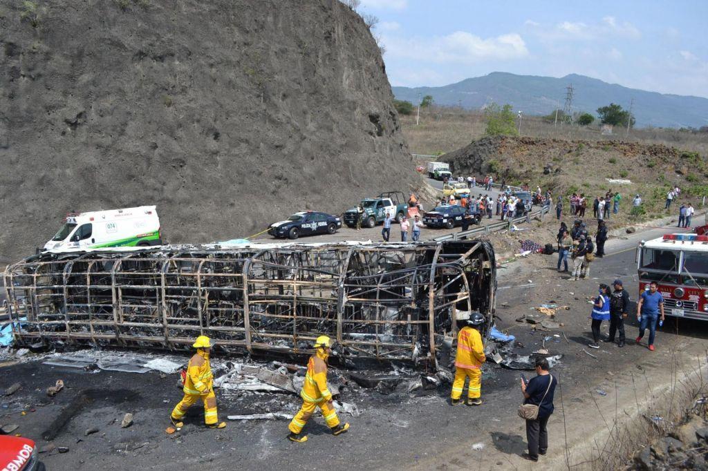 FOTO:V trčenju avtobusa in tovornjaka vsaj 21 mrtvih