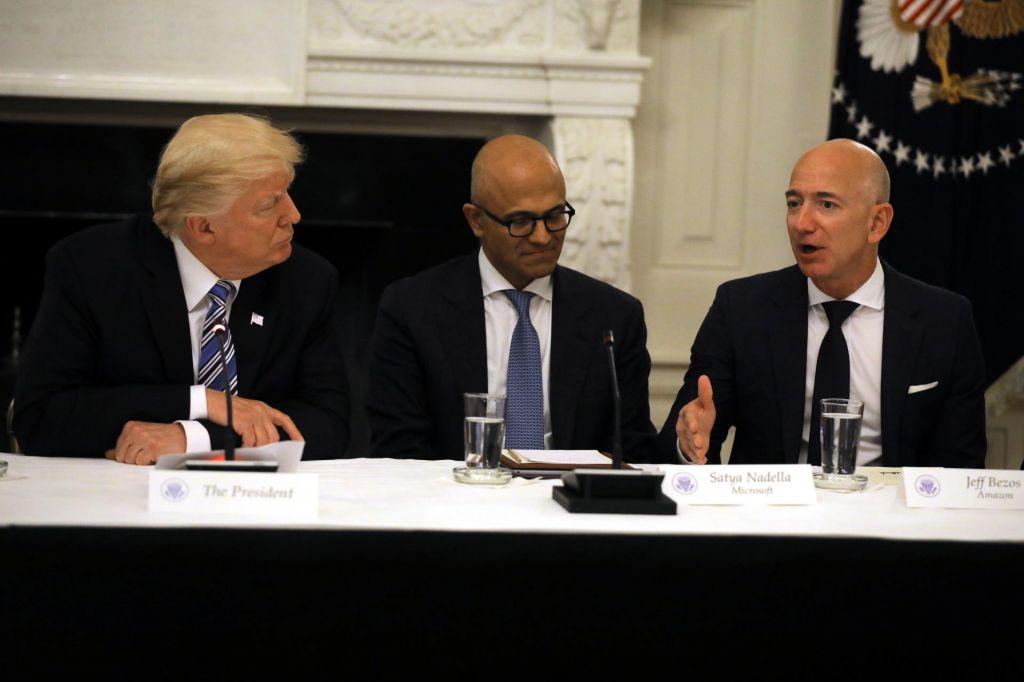 FOTO:Nihče se ne jezi. Niti Jeff Bezos. Jezi se Donald Trump