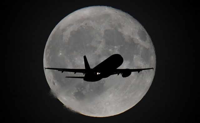 Luna je zadnje čase močno v ospredju. Američani želijo nanjo znova stopiti, Rusi želijo tam graditi, Esa rudariti ... FOTO: Toby Melville/Reuters
