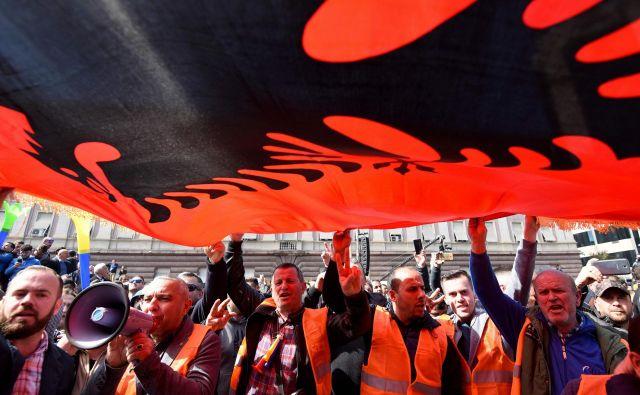 Protesti v Albaniji so vse pogosteje nasilni, premier Edi Rama, ki mu očitajo povezanost z organiziranim kriminalom,pa ignorira zahteve, naj odstopi. FOTO: Gent Shkullaku/AFP