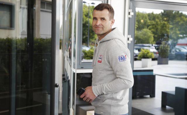 Selektor slovenske kolesarske reprezentance Andrej Hauptman je prvo polovico Gira spremljal znotraj karavane, kot eden od športnih direktorjev ekipe UAE Emirates. FOTO: Leon Vidic/Delo