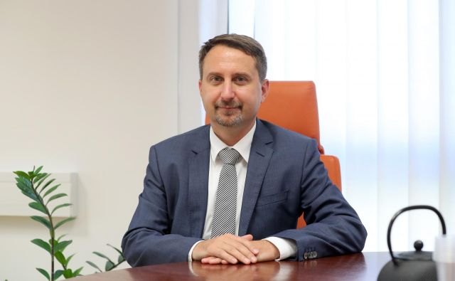 Igor Velov po razrešitvi ne ostaja zaposlen na agenciji in mu tudi ne pripada odpravnina.