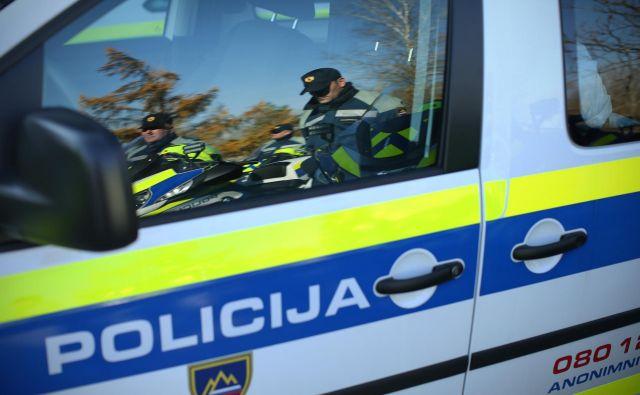 Po policijskem postopku je voznico prevzela zdravniška služba, možje postave pa bodo s prekrški seznanili pristojno okrajno sodišče. FOTO: Jure Eržen/Delo