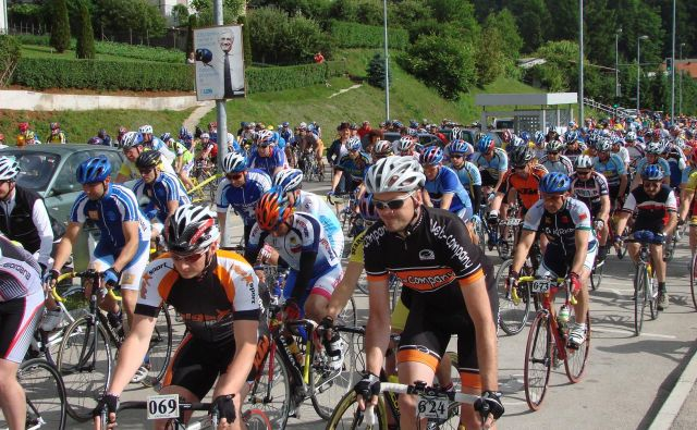 Kolesarskega maratona v Grosupljem se vsako leto udeleži velika množica kolesarjev. FOTO: Bojna Rajšek/Delo