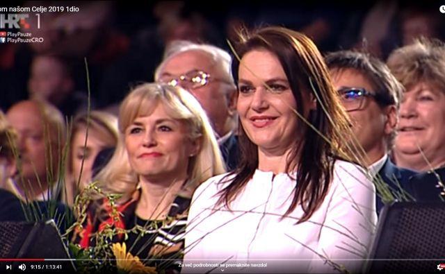 Katarina Karlovšek, žena župana Bojana Šrota, je marca sodelovala pri snemanju oddaje Hrvaške televizije Lijepom našom v celjski Hali Golovec. Okoli nje so člani Šrotove Celjske županove liste. FOTO: HRT