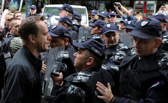 Napetosti med Srbijo in Kosovom so se manifestirale tudi na ulicah Beograda, kjer so srbski ultranacionalisti protestirali proti festivalu albanske kulture, ki poteka v mestu. FOTO: Reuters