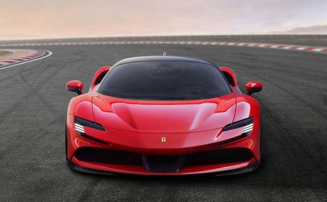 Na zadnji premi pomaga osemvaljniku eden od treh elektomotorjev. FOTO: Ferrari