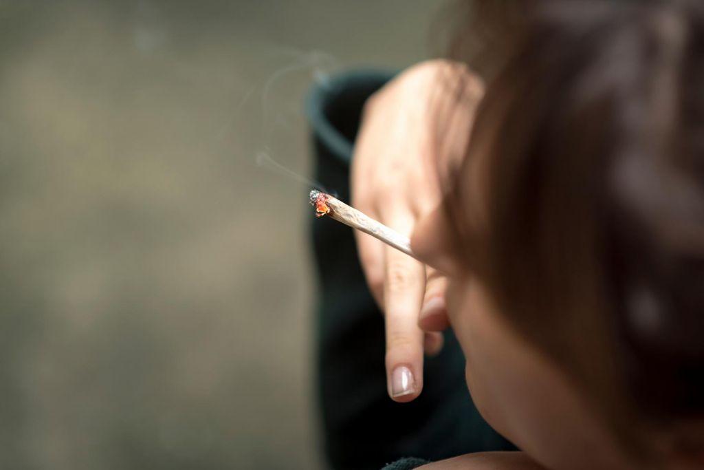 V nekaterih pariških parkih prepovedano kaditi