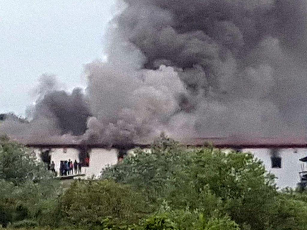 FOTO:V požaru v Veliki Kladuši več ranjenih