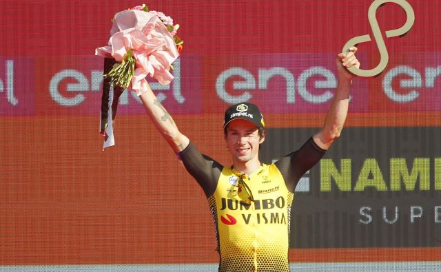 Primož Roglič je prvi slovenski kolesar v zgodovini, ki se je povzpel na oder za zmagovalce tritedenske dirke. FOTO: Leon Vidic/Delo