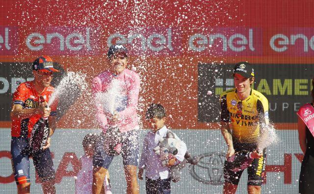 Najboljša trojica, zmagovalec Carapaz, drugouvrščeni Nibali in tretji Roglič, so uspehe proslavili s penino. FOTO: Leon Vidic/Delo