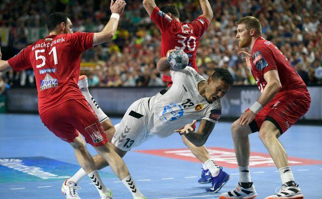 Pri Vardarju je bil v finalu najučinkovitejši Rogerio Ferreira Moraes s šestimi goli, prebijal se je tudi mimo Veszpremovih igralcev Boruta Mačkovška (levo) in Blaža Blagotinška (desno). FOTO: AFP