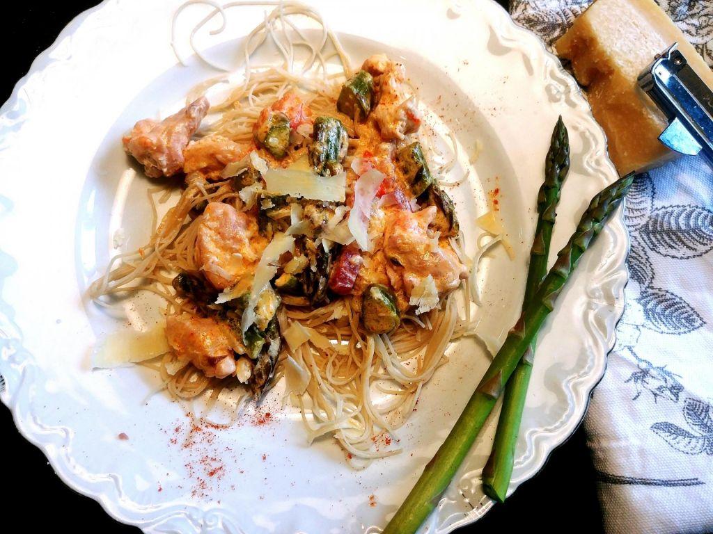 Poletov recept: Kari s puranom in šparglji na riževih rezancih