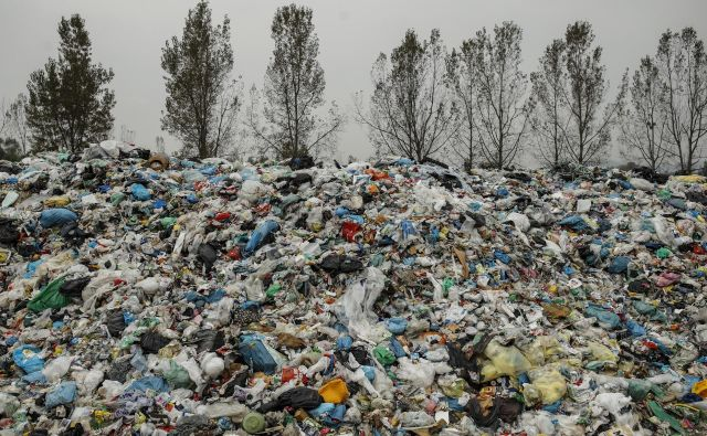 Kupi plastičnih odpadkov se znova povečujejo. FOTO: Uroš Hočevar/Delo