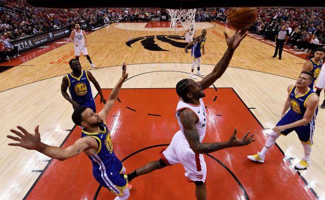 Najučinkovitejši košarkar Toronta Kawhi Leonard je zmagal dvoboj s zvezdnikom Golden State Stephenom Curryjem, a Toronto je izgubil. FOTO AFP