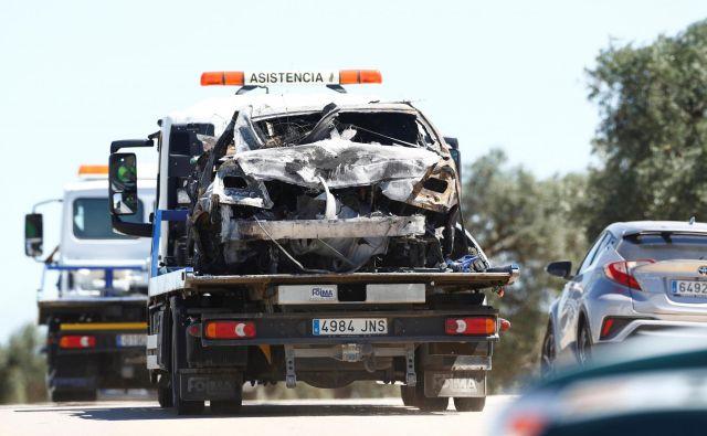Posledica prevelike hitrosti in nesreče je povsem zmaličen mercedes in troje mrtvih. FOTO: Reuters