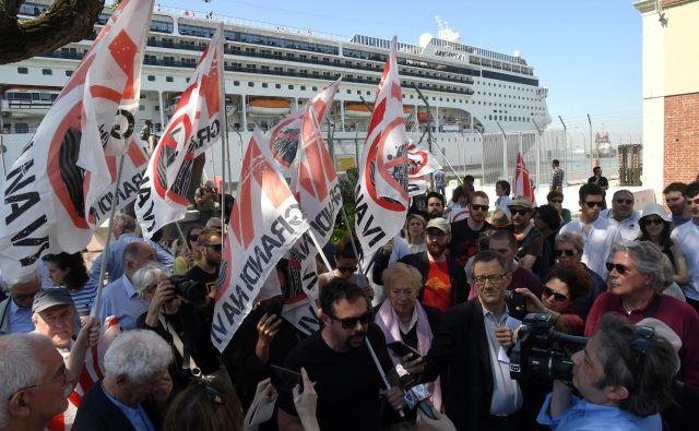 Nesreči je hitro sledil protest skupine No grandi navi (Ne velikim ladjam). FOTO: Manuel Silvestri/Reuters
