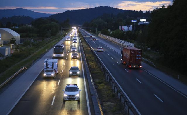 Ob upoštevanju omejitev hitrosti in varnostne razdalje je promet resda počasnejši, a tekoč. FOTO: Jože Suhadolnik/Delo