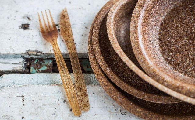 Krožniki iz pšeničnih otrobov so certificirani kot hrana. Ob njih pribor iz koruznega škroba, primeren za večkratno uporabo. FOTO: arhiv Evegreen