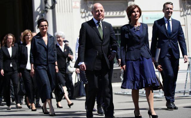 Nova začasna avstrijska kanclerka Brigitte Bierlein v družbi svoje ministrske ekipe. FOTO: REUTERS