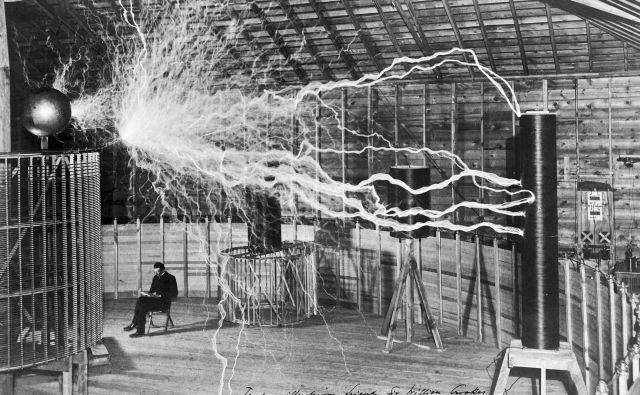 Nikola Tesla med umetnimi strelami v svojem laboratoriju v Colorado Springsu leta 1899 Foto wikipedija