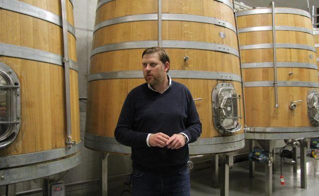 Uroš Valcl v vinski kleti Marof, ki letos zaznamuje deset let obstoja. V desetih letih so v gradnjo kleti in zasaditev novih trt vložili skoraj deset milijonov evrov, od tega so pridobili 1,4 milijona evrov nepovratnih sredstev. Foto Špela Ankele