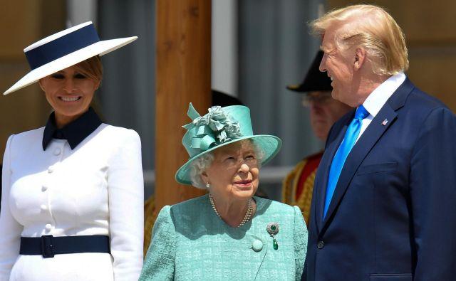 Ameriški predsedniški par je v Buckinghamski palači sprejela kraljicaElizabeta II.<strong> </strong>FOTO: Toby Melville/AFP