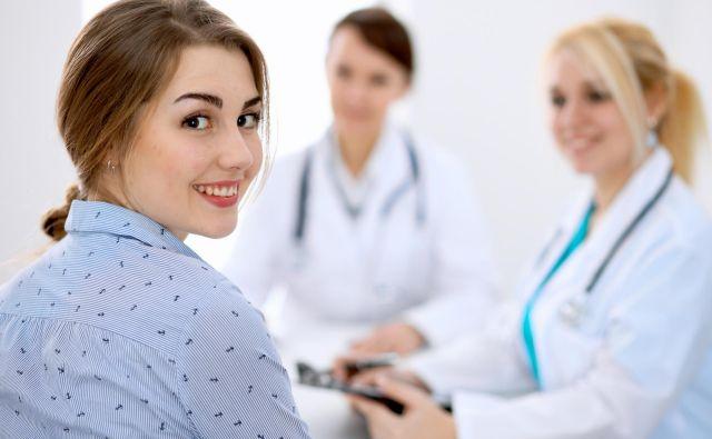 Pri zdravniku boste hitreje na vrsti z zdravstvenim zavarovanjem, ki vam krije stroške zdravljenja pri zasebniku. Foto: Shutterstock