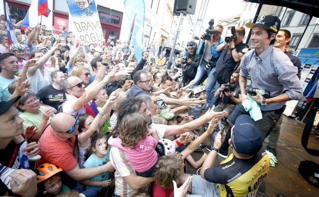"""Primož Roglič je te dni najbolj """"vroč"""" Slovenec. Na sprejemu v Ljubljani so ga pozdravili vsi rodovi. Najmlajši so ga gledali z občudovanjem, starejši spoštljivo ploskali. FOTO: Roman Šipić"""