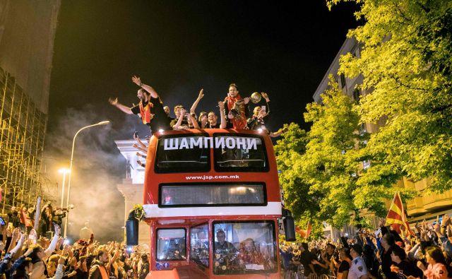 Igralci Veszprema so se v mesto pripeljali na strehi avtobusa, na katerem je pisalo Šampioni. FOTO: AFP