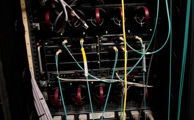 Kabli nas povezujejo - v internet in med seboj. FOTO: Reuters