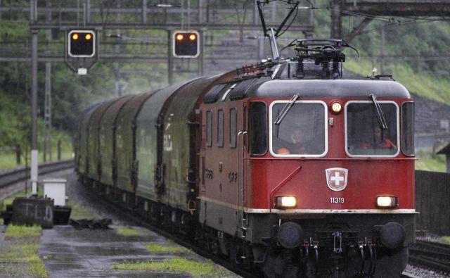 Švica je alpsko okolje zavarovala z ustavnim členom, sprejetim na referendumu leta 1994, ki zahteva, da čezmejni tranzitni tovorni promet poteka po železnicah. Foto: Reuters
