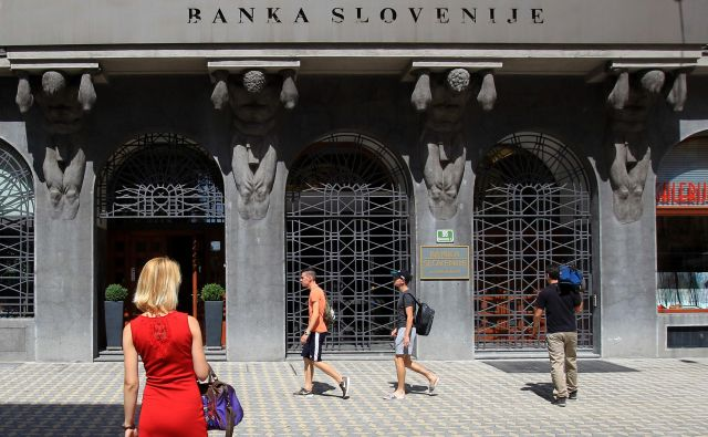 Banka Slovenije je zasuta s prošnjami za dovoljenja bankirjem. Foto BlaŽ Samec/Delo