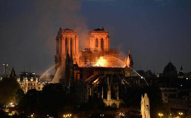 Ob požaru Notre Dame se je stopilo več sto ton svinca, uporabljenega ob gradnji strehe katedrale. FOTO: Bertrand Guay/AFP