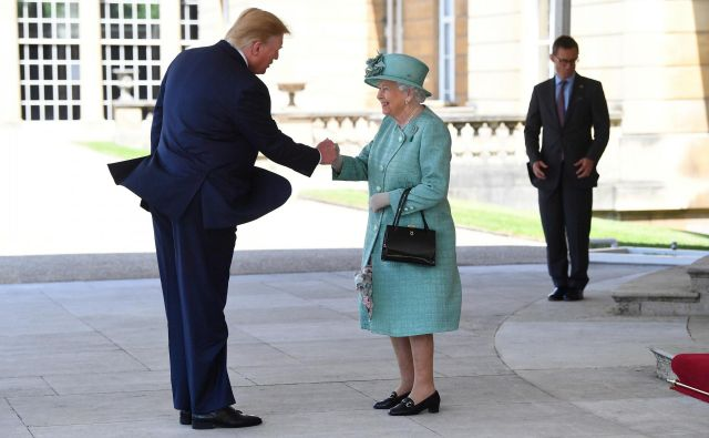 Ameriški predsednik Donald Trump je kraljico Elizabeto pozdravil kar po »domače«. FOTO: Reuters
