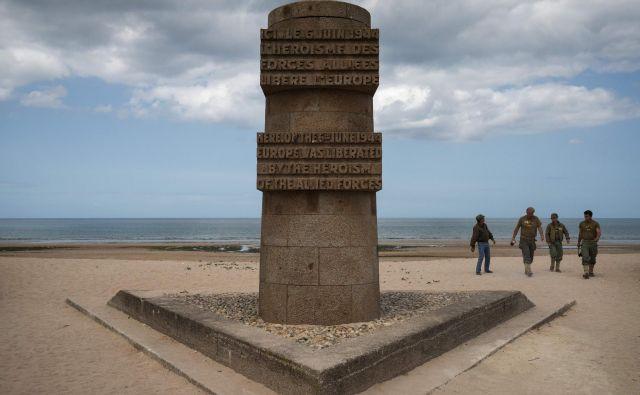 Obeležje v mestecu Graye-sur-Mer v Normandiji je priljubljena točka obiskovalcev. FOTO: AFP