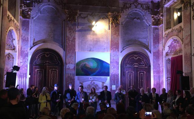 Del avtorjev na odprtju razstave <em>Tukaj. Nekoč in danes</em> v dvorcu Novo Celje. FOTO: arhiv GCC